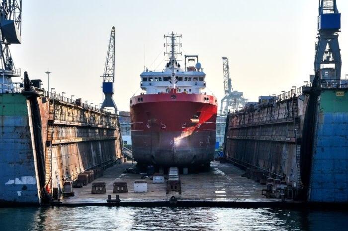 barco en puerto seco