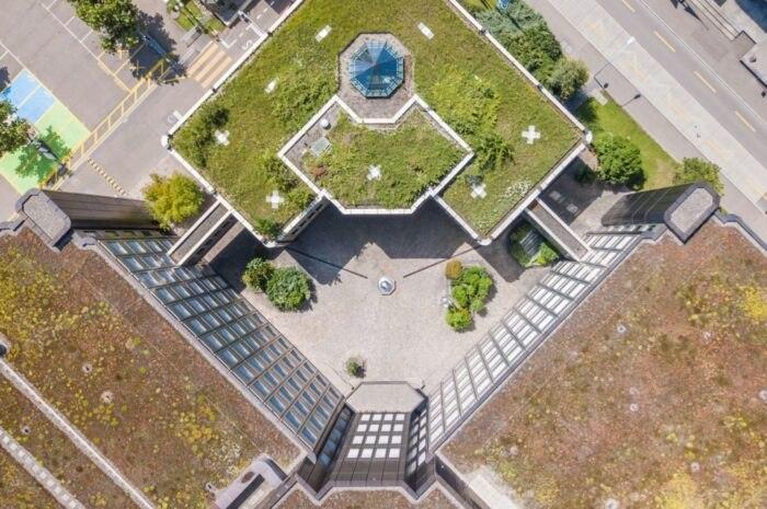 vista aérea edificio verde con terraza jardín